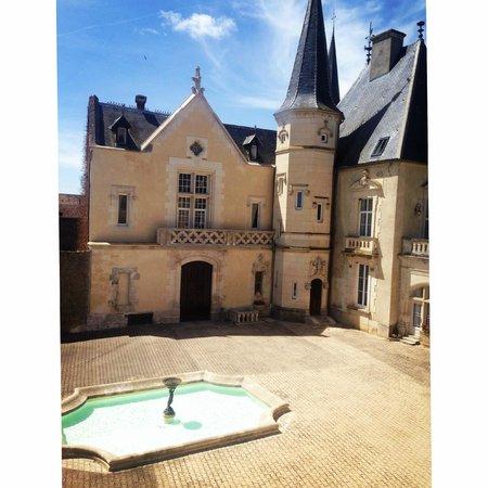 Château Sainte Sabine : Beautiful courtyard