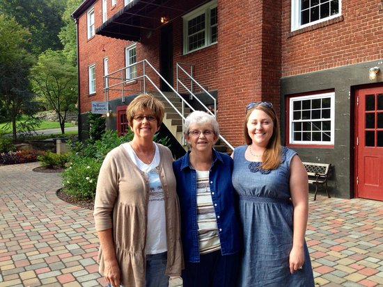 Historic Tapoco Lodge Resort: Owner Terry Hedrick with her sister Kitty and mom Rose.