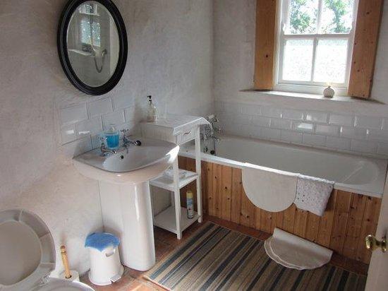 Rosevale Farm Cottages: Bathroom + Shower