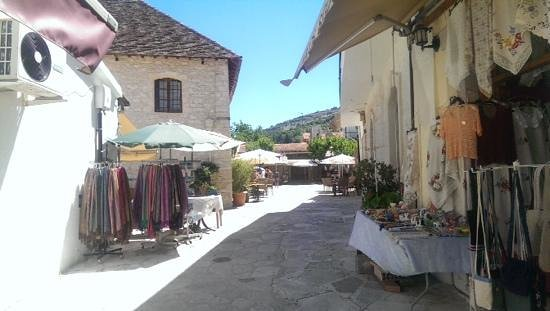 Omodos: Nice streets with local shops