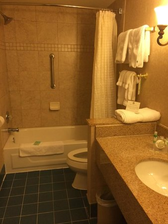 Best Western Plus Independence Park Hotel: Bathroom with tub/shower.