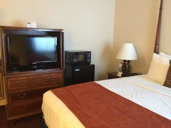 Best Western Plus Independence Park Hotel: Queen bed room - note microwave/frig combo.