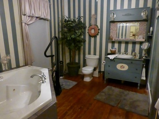 Burgundy Lane Bed & Breakfast: Spacious bathroom with Jacuzzi