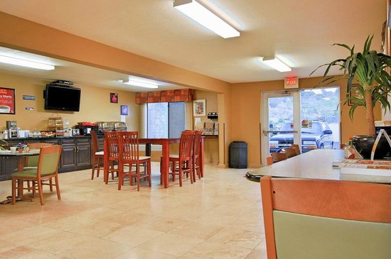 Econo Lodge: Breakfast dining area