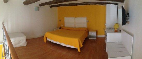 La Piazzetta Guest House: Yellow!