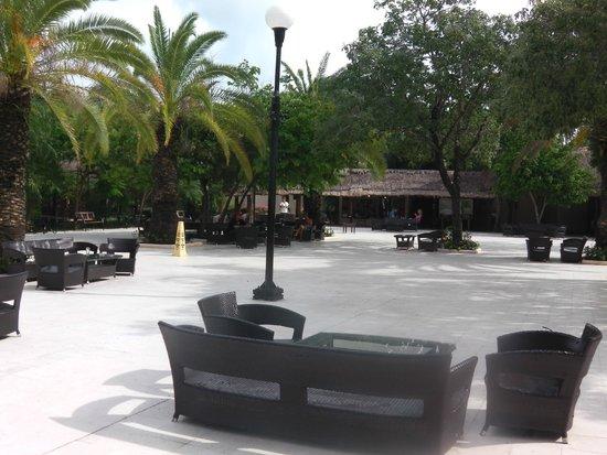 Viva Wyndham Maya : Outside seating/lobby bar
