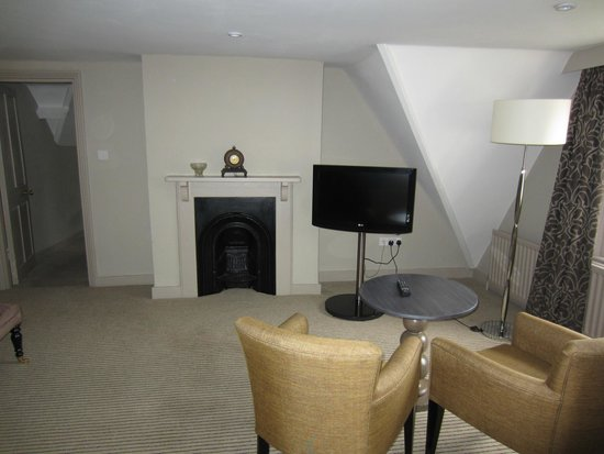 The Crown Manor House Hotel: Extra TV in living space