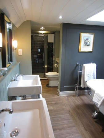 The Crown Manor House Hotel: bathroom