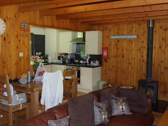 Wildside Highland Lodges: Open plan Kitchen  lounge