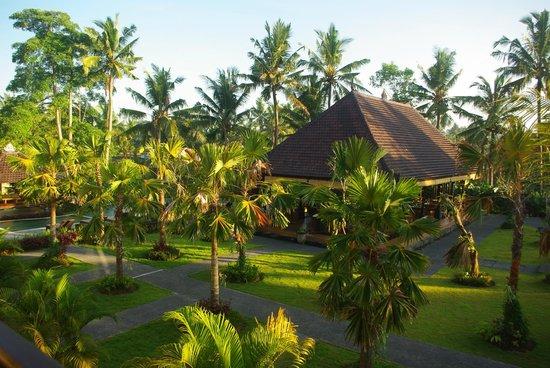 Agung Raka Resort & Villas : Blick vom Hotelzimmer in den Garten mit dem Restaurant und dem Pool