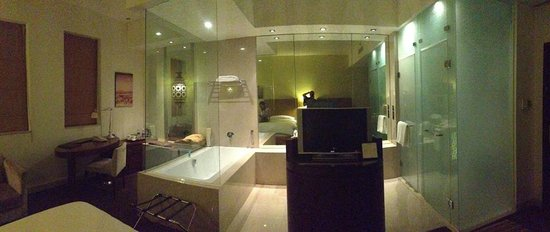 Manzil Downtown: Lovely room - note the frosted shower glass!