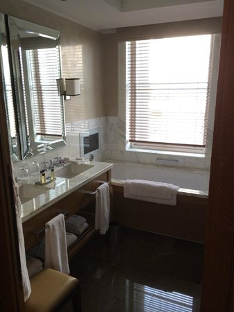 Corinthia Hotel London : Luxury bathroom