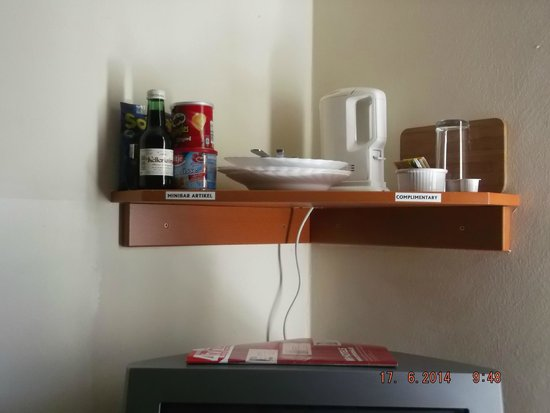 Suite Hotel 900 m zur Oper: tea making and mini bar, fridge mini bar luke warm and very expensive..