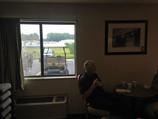 American Inn & Suites Ionia: Post Wedding Morning view from Breakfast Meeting room to Parking Lot and Bride and Grooms Golf C