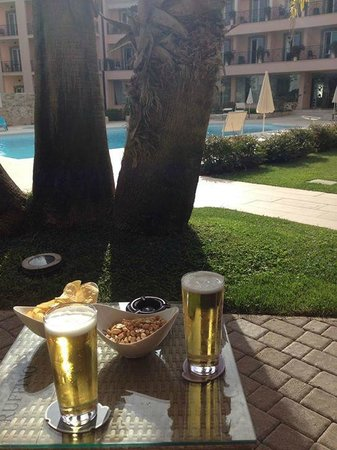 Golden Tulip Rome Airport: Drinks by the pool