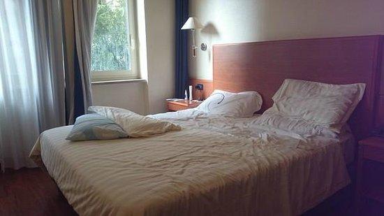 BEST WESTERN Globus Hotel: Chambre 2e étage sur rue