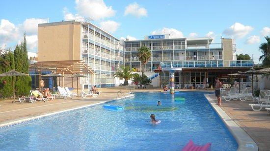 Apartahotel La Sirena: widok hotelu z basenu