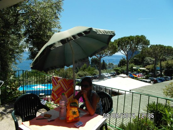 Villaggio Resort Nettuno : terrazzino con ombrellone