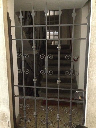 Relais San Lorenzo: Don't be worried when you arrive to this gate!