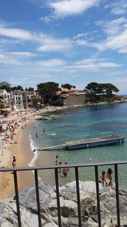 Camping La Siesta: Calella beach with lifeguard