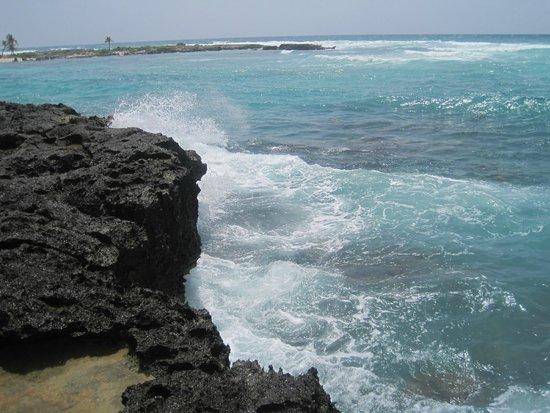 Grand Sirenis Riviera Maya Resort & Spa: Waves by the on site ruin