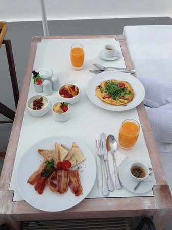 Katikies Hotel: Beautiful breakfast delivered to our room