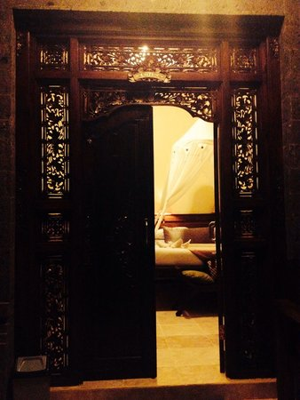 Ubud Aura Retreat: Firm comfy bed. Perfect nourishment for a Yoga sore body : )