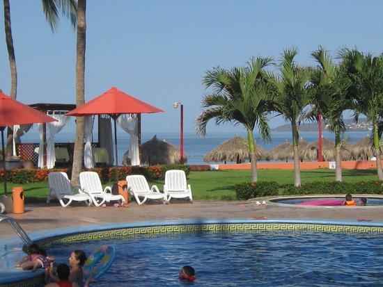Royal Decameron Complex : Una de las piscinas ..al fondo la playa