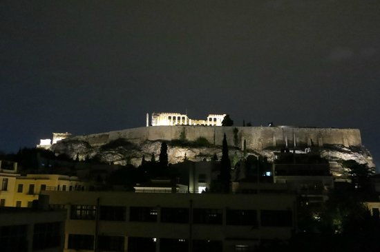 Herodion Hotel: Night view of the Acropolis from the hotel's rooftop bar