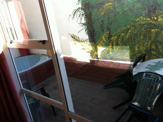 Arista Capri Motel: to the spa area. Access via both bedrooms