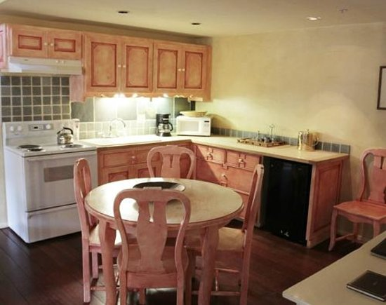 The Bavarian Lodge & Restaurant: Kitchen in the suite.. Great for Families or staying in room.
