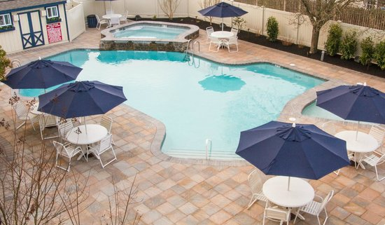 The Beachcomber Resort : Eat & Play!