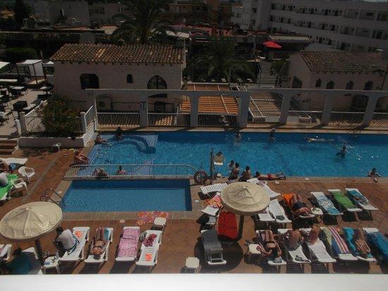 Apartamentos Deya: dj and pool