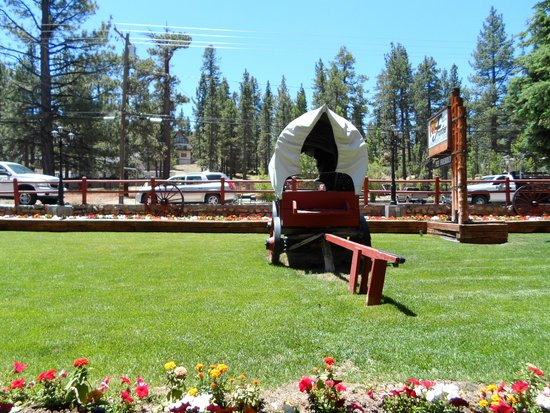 Big Bear Frontier Cabins & Hotel: Out front office