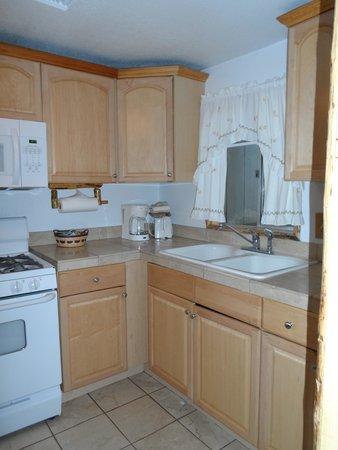 Big Bear Frontier Cabins & Hotel : Kitchen