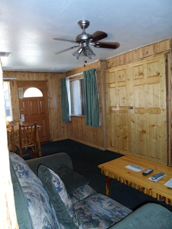 Big Bear Frontier Cabins & Hotel: Front room, doube doors is pull down bed