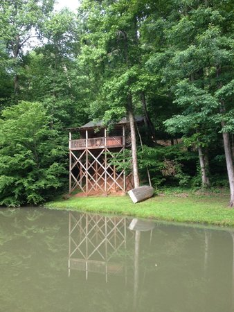 Cavender Creek Cabins Resort: Couple cabins on above small pond.