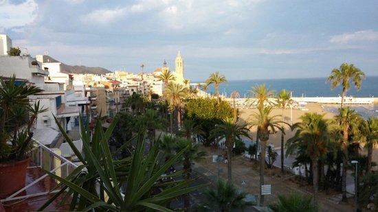 Hotel Platjador : Vista de la playa y del paseo marítimo de Sitges desde la Terraza-Chillout, el Domingo 15 de Jun