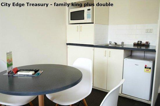 City Edge Apartment Hotel East Melbourne - Albert : City Edge Treasury - family two singles plus double