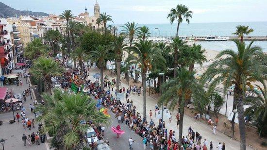 Hotel Platjador : Vista del desfile de la Gay Pride en Sitges en el paseo marítimo desde la Terraza-Chillout, el D