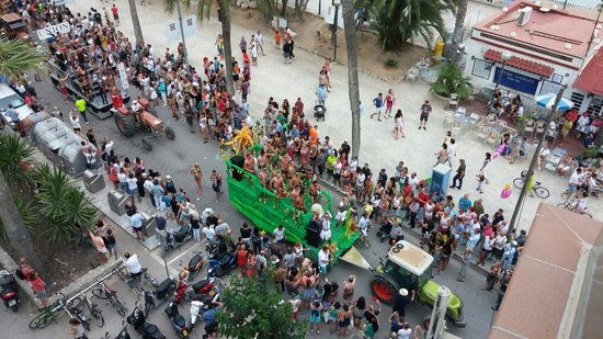 Hotel Platjador : Vista del desfile de la Gay Pride en Sitges desde la Terraza-Chillout, el Domingo 15 de Junio de