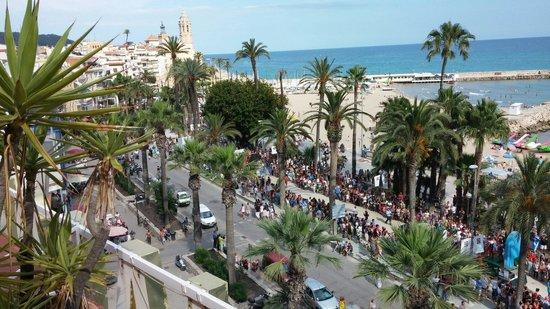 Hotel Platjador: Vista del paseo marítimo y de la playa desde la Terraza-Chillout durante el desfile de la Gay Pr