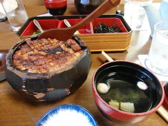 Atsuta Horaiken Jingu Minamimonten: This Hitsu-mabushi eel is a local specialty