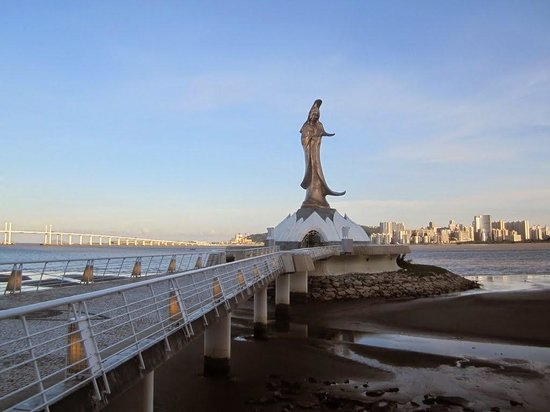 Kun Iam Statue: The statue from the mainland in the evening!