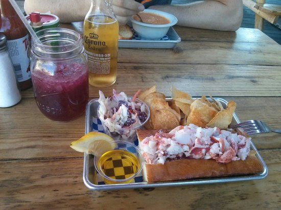 New England Lobster Market & Eatery : Lobster Roll naked und Blueberry Lemonade