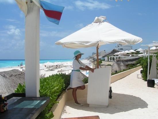 Live Aqua Beach Resort Cancun: Sea Corner hostess