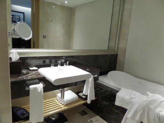 Radisson Blu Plaza Bangkok: Ample Bathroom