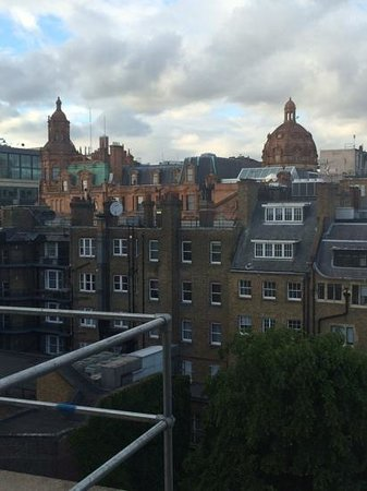 Knightsbridge Hotel: The view of Harrod's from my room....beautiful when lit up at night