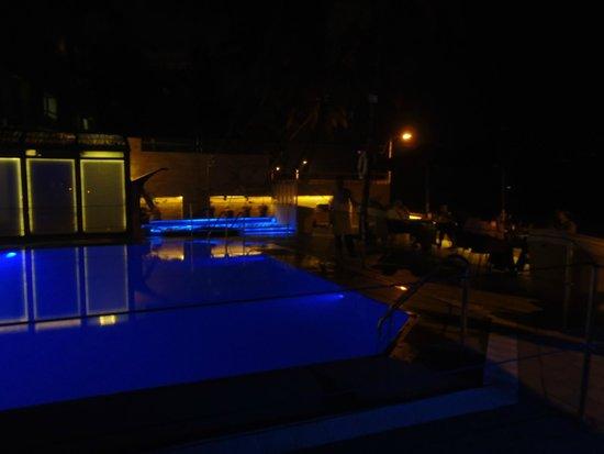 Hotel Sea Princess: piscina de noche