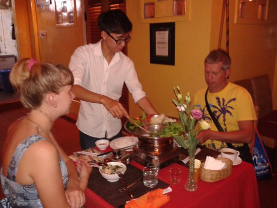 Yen's Restaurant: Mr Huy explanning and cooking Seafood hot pot for Customers